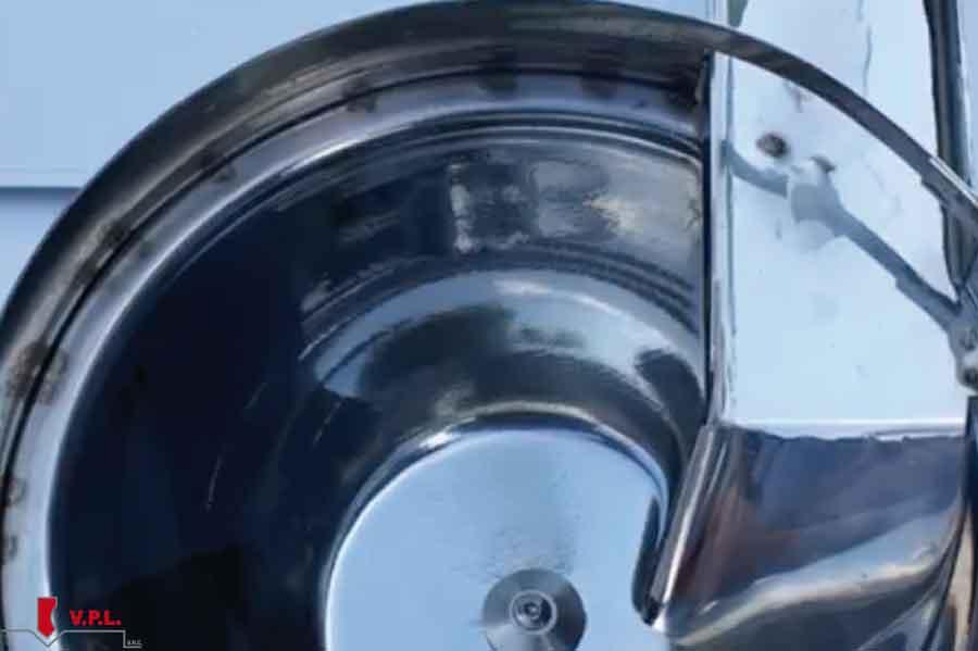 ciotola con acqua pulita e frasca